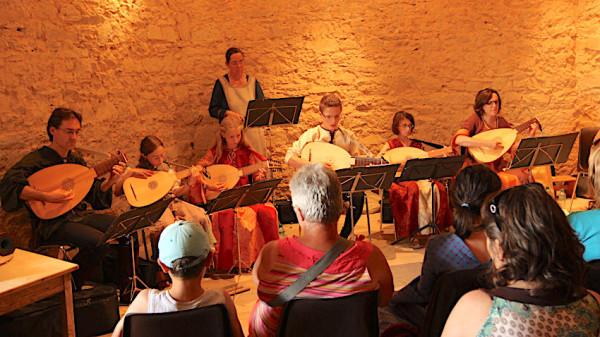 <titrephoto>photos</titrephoto> : <EM> À Plaisir </em>(dir. Cyril Gilbert) à la fête médiévale au château de Sillé-le-Guillaume