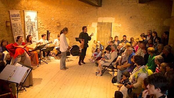 <titrephoto>photos</titrephoto> et <titrephoto>article</titrephoto> : <em> À Plaisir </em>(dir. Cyril Gilbert) à fête médiévale au château de Sillé-le-Guillaume (Sarthe)
