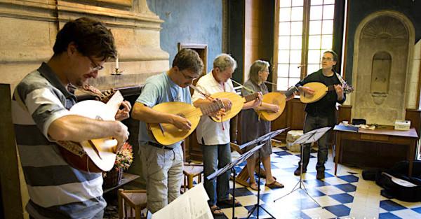 <titrephoto>photos</titrephoto> : stage découverte du luth par Cyril Gilbert à l'Abbaye de Tuffé