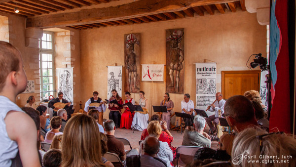 <titrephoto> photos </titrephoto> : concerts au château de Sillé-le-Guillaume en Sarthe par <em>À Plaisir</em> (dir. Cyril Gilbert)