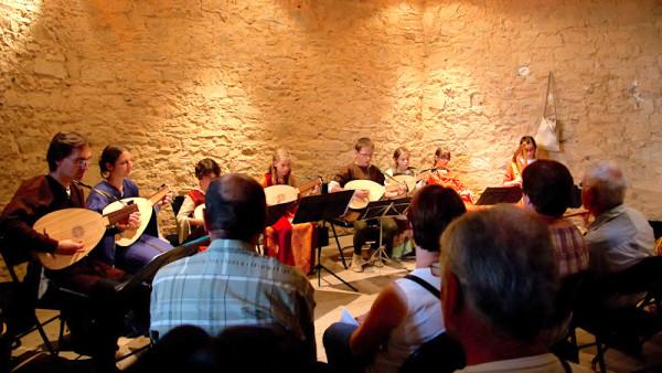 <titrephoto>photos</titrephoto> et <titrephoto>articles</titrephoto> : <em>À Plaisir</em> (dir. Cyril Gilbert) à la fête médiévale au château de Sillé-le-Guillaume