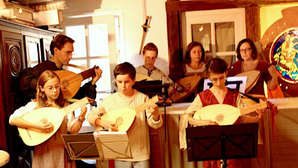 <titrephoto>photos</titrephoto> : musique de luth dans l'atelier de maître verrier par <em>À Plaisir</em>