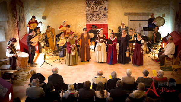 <titrevideo>photos</titrevideo>, <titrevideo>video</titrevideo> et <titrevideo>article</titrevideo>: Concert d'<em>À Plaisir</em> (dir. Cyril Gilbert) au Manoir de la Cour d'Asnière-sur-Vègre