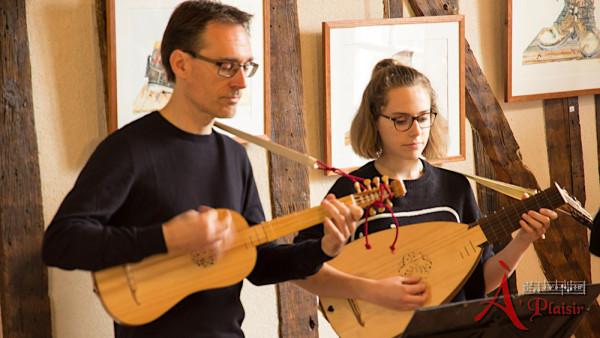 <titrephoto>photos</titrephoto> : interlude musical avec <em>À Plaisir</em> à la maison des Glycines (Parigné l'Évêque, Sarthe)