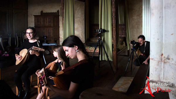 <titrevideo>création vidéo musicale</titrevideo> : <em>All in a garden green</em> de J. Playford (1651) par les luthistes d'<em>A Plaisir</em> au manoir de Courboyer