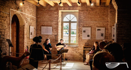<titrephoto> photos </titrephoto> : intermèdes musicaux à Villemur-sur-Tarn, Isabelle Belaygues  (voix) et Cyril Gilbert (luth/guiterne)